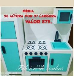 Cozinha e geladeira infantil com microondas