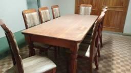 Mesa de madeira maciça com 8 cadeiras