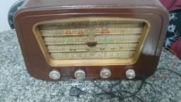 Rádio antigo, muito lindo, uma relíquia
