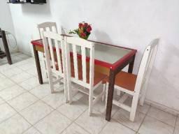 Mesa com tampo de vidro e quatro cadeiras