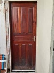 Porta de madeira muiracatiaia, colocada, pouco tempo