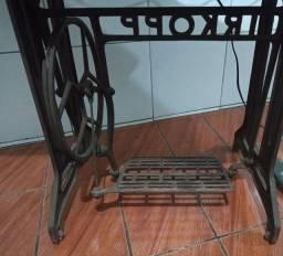 Título do anúncio: Pé de máquina de costura IRKOPP Antiga.  Ferro fundido