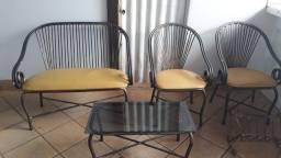 Título do anúncio: Uma namoradeira com duas cadeiras uma mesa de centro e um revisteiro