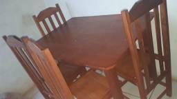 Mesa de quatro cadeira de madeira