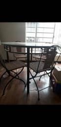 Mesa de ferro e vidro com 4 cadeiras e estante