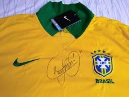 Camisa autografada por Neymar, oficial da seleção.