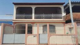 Casa duplex com telhado colonial.