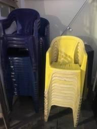 Cadeira plástica usada.