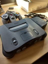 Nintendo 64 nacional com um controle