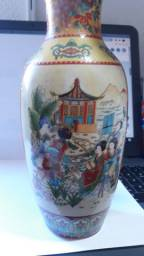 Vaso em porcelana Chinesa (Mulheres) - Dimensões: Alt. 20 cm / diam. maior 9 cm