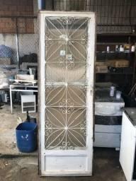 Título do anúncio: Porta de ferro com vidro barata pra sair rápido