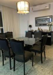 Mesa de jantar com buffet e lustre
