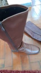 Vendo 02 botas feminina