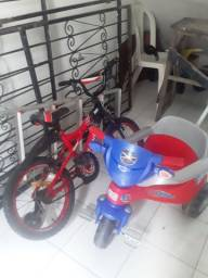 Carrinho de bebê e bicicleta pouco usados