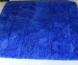 Título do anúncio: vendo um tapete lindo na cor azul aveludado por motivos pessoais