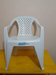 Cadeira plástica três simples