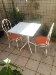 Mesa quadrada com tampo de mármore mais 2 cadeiras