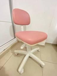 Cadeira de escritório giratória branca com rosa.