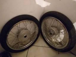Par de aros com pneus (moto)