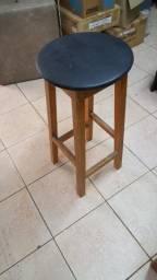 Banco alto Tok Stok em madeira maciça com acabamento em verniz poliuretano. R$ 70,00