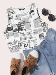 Top de alças com impressão de jornal