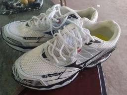 Vendo um tênis. Novo.