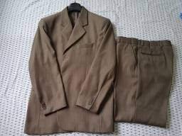 Terno da marca Garbo, bege, tamanho 50