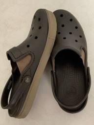 Título do anúncio: Calçado Crocs marrom tamanho 41/42
