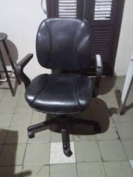 Título do anúncio: Cadeira giratória de couro