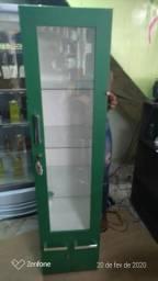 Estante com porta de vidro e chave verde bandeira nova