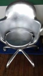 Cadeira de plástico e ferro.