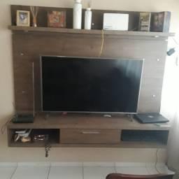 Painel MDF e sofás de madeira de cerejeira