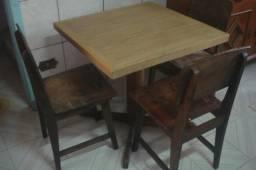 Mesa quadrada em madeira maciça e três cadeiras 250,00 Floresta
