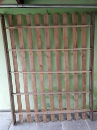 Vendo cama de casal em madeira maciça 8 parafusos.