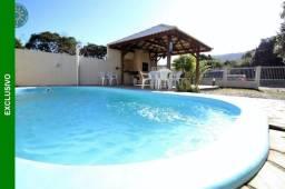 Ampla casa com piscina localizada a 250 da praia de Mariscal - Bombinhas.
