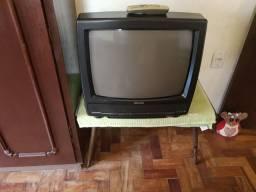 Televisão de tubo com controle e mesa de centro