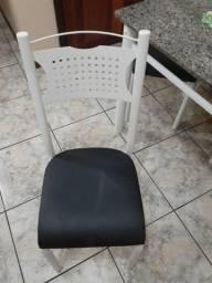 Mesa com quatro cadeiras metal e pedra de mármore