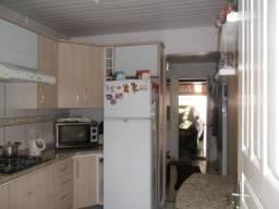 Residência com 02 dormitórios e de frente para a rua