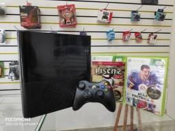 Anubis Games: XBOX 360 Super Slim com 2 jogos e 1 controle