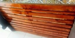 Balcao de madeira com azulejo em cima