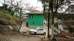 Casa com 3 apartamentos em Ponta das Canas