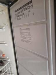 Alguém que compre essa geladeira??