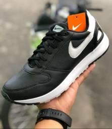 Nike preto com detalhes em branco