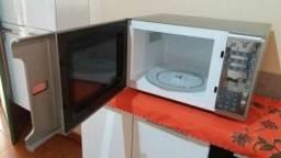 Vendo um micro-ondas semi novo foi usado duas veis so fone 649925812 53