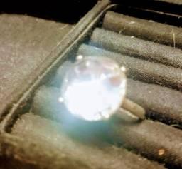 Lindo anel em prata com pedra grande de cristal