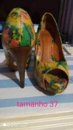Sapatos diversos semi usados