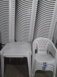 Conjunto de Mesa e Cadeiras Plásticas. Até 6X sem Juros no Cartão
