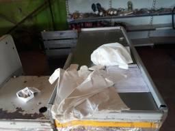 Vendo expositor, prateleiras de aço mais de 10m, freezer, e balcão.