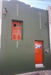 Casa simples e aconchegante para locação no centro.