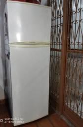Título do anúncio: Geladeira Electrolux 351L 2 portas